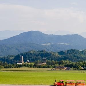 Rocki Express und im Hintergrund die Burgruine Liebenfels